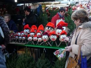 Tiós auf dem Weihnachtsmarkt Santa Llucia