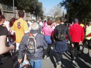 Eine Gruppe Spaziergänger auf dem Weg ins Ziel. Foto: E. Villanueva
