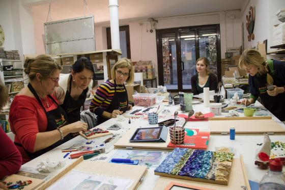 Smalti-Workshop in der Mosaikwerkstatt Trozo x Trozo.