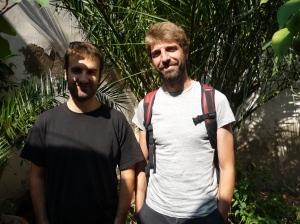 Sprachen mit Fraubarcelona über (ihre) katalanische Musik: Bassist Martí Maymó und Sänger Guillem Gisbert der Band Manel.